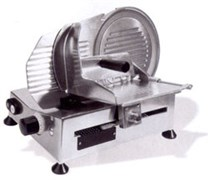 Гастрономическая машина CELME FAMILY 220 CE полуавтоматическая, нож диаметром 220 мм из стали с неприлипающим покрытием, сечение продукта 200х150 мм, толщина среза 0-16 мм, съемное затачивающее устройство, алюминий